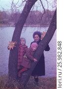 Советские старые фото. 1980 год, Москва, Семья, мама и дочки гуляют в парке. Счастливое детство. Редакционное фото, фотограф Наталия Преображенская / Фотобанк Лори