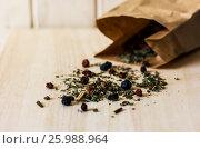 Сухой травяной чай рассыпан на деревянном фоне. Стоковое фото, фотограф Галина Жигалова / Фотобанк Лори