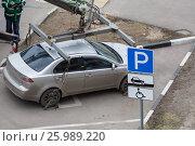 Купить «Эвакуатор загружает автомобиль за нарушение правил парковки. Дорожный знак парковки для инвалидов», фото № 25989220, снято 10 апреля 2017 г. (c) Светлана Ельцова / Фотобанк Лори