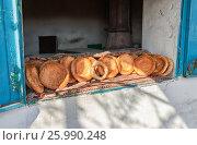 Купить «Традиционные узбекские лепешки, выпеченные в тандырной печи», фото № 25990248, снято 25 июня 2018 г. (c) FotograFF / Фотобанк Лори