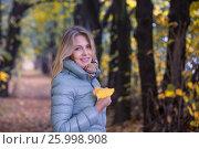 Blond woman in the autumn alley. Стоковое фото, фотограф Александр Новиков / Фотобанк Лори
