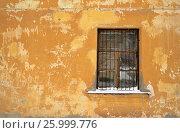 Окно с решеткой в старом доме. Стоковое фото, фотограф Татьяна Никитина / Фотобанк Лори