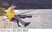 Купить «Father and son on a pier», видеоролик № 26001864, снято 23 ноября 2019 г. (c) Raev Denis / Фотобанк Лори