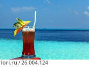 Купить «Glass of drink is on a beach table», фото № 26004124, снято 19 августа 2018 г. (c) М / Фотобанк Лори
