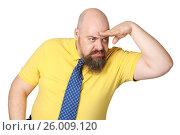 Купить «Строгий мужчина средних лет внимательно вглядывается в даль.», фото № 26009120, снято 17 июня 2019 г. (c) Olesya Tseytlin / Фотобанк Лори