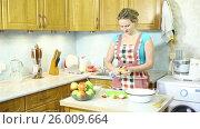 Купить «Девушка вырезает середину из яблок чистит кожуру с яблок», видеоролик № 26009664, снято 5 марта 2017 г. (c) Сергей Дубров / Фотобанк Лори