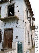 Купить «A house in ruin with an old facade.», фото № 26013424, снято 19 февраля 2019 г. (c) easy Fotostock / Фотобанк Лори