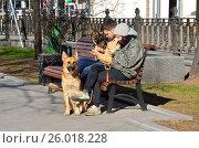 Купить «Мужчина с женщиной с собаками сидят на скамье в сквере на Неглинной улице и разговаривают по сотовым телефонам», фото № 26018228, снято 24 июня 2019 г. (c) Овчинникова Ирина / Фотобанк Лори
