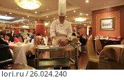 Купить «Повар разрезает утку при посетителях в зале ресторана», видеоролик № 26024240, снято 31 марта 2017 г. (c) Яна Королёва / Фотобанк Лори