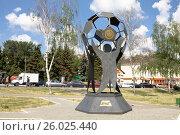 Купить «Скульптура в Саранске, посвящённая футболу», эксклюзивное фото № 26025440, снято 26 мая 2014 г. (c) Солодовникова Елена / Фотобанк Лори