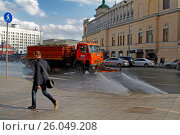 Moscow, Russia - April 05, 2017: Motion blurred photo of watering machine washes the road dust and dirt in Moscow. Редакционное фото, фотограф Юлия Олейник / Фотобанк Лори