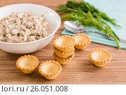 Пустые тарталетки и готовый салат из консервированной рыбы и яиц. Стоковое фото, фотограф Елена Руй / Фотобанк Лори