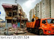 Купить «Москва, снос здания  на улице Люсиновская», фото № 26051524, снято 13 декабря 2015 г. (c) glokaya_kuzdra / Фотобанк Лори