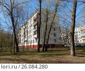 Купить «Пятиэтажный четырёхподъездный панельный жилой дом серии I-515/5м, построен в 1966 году. Байкальская улица, 41, корпус 4. Район Гольяново. Москва», эксклюзивное фото № 26084280, снято 25 апреля 2017 г. (c) lana1501 / Фотобанк Лори