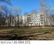 Купить «Пятиэтажный четырёхподъездный панельный жилой дом серии I-515/5м, построен в 1966 году. Байкальская улица, 41, корпус 4. Район Гольяново. Москва», эксклюзивное фото № 26084372, снято 25 апреля 2017 г. (c) lana1501 / Фотобанк Лори
