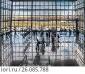 Купить «Московская область. Международный выставочный центр «Крокус Экспо». Третий павильон. Люди любуются картинами и видом из окна.», фото № 26085788, снято 20 апреля 2017 г. (c) Светлана Васильева / Фотобанк Лори
