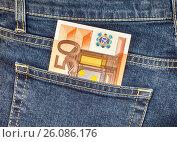 Банкнота 50 евро в заднем кармане джинсов. Деньги для покупок и путешествия, фото № 26086176, снято 26 апреля 2017 г. (c) FotograFF / Фотобанк Лори
