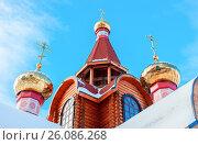 Купола с крестами православного деревянного храма на фоне голубого неба, фото № 26086268, снято 26 апреля 2017 г. (c) FotograFF / Фотобанк Лори