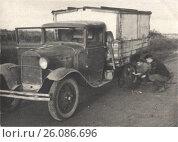 Купить «Замена колеса автомобиля, 1941 год», фото № 26086696, снято 20 октября 2018 г. (c) Retro / Фотобанк Лори