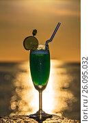 Купить «Glass of drink is on a beach table», фото № 26095032, снято 19 августа 2018 г. (c) М / Фотобанк Лори