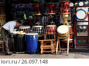 Drums and musical instruments for sale at shop,Seoul,South Korea. (2016 год). Редакционное фото, фотограф Frederic Soreau / age Fotostock / Фотобанк Лори