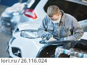 Купить «auto repairman grinding autobody bonnet», фото № 26116024, снято 30 марта 2017 г. (c) Дмитрий Калиновский / Фотобанк Лори