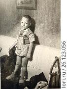 Мальчик стоит на диване. 1962 год, город Петрозаводск. Редакционное фото, фотограф Сергей Костин / Фотобанк Лори