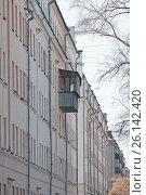Купить «Старый многоэтажный дом с одним балконом. Самовольная пристройка балкона.», фото № 26142420, снято 12 апреля 2017 г. (c) Нина Карымова / Фотобанк Лори