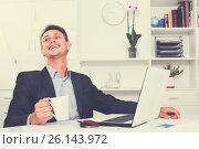 Купить «happy business employee at office», фото № 26143972, снято 27 июня 2019 г. (c) Яков Филимонов / Фотобанк Лори