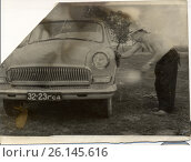 Мужчина в шляпе моет машину, 1962 год. Редакционное фото, фотограф Diana Borisova / Фотобанк Лори