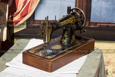 Купить «Старая семейная швейная машинка», эксклюзивное фото № 26189036, снято 6 мая 2017 г. (c) Михаил Ворожцов / Фотобанк Лори