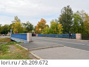 Купить «Кронштадт. Синий мост над обводным каналом», эксклюзивное фото № 26209672, снято 25 сентября 2016 г. (c) Константин Косов / Фотобанк Лори