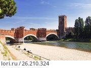 Мост Скалигеров через реку Адидже и замок Кастельвеккьо, Верона, Италия (2017 год). Стоковое фото, фотограф Наталья Волкова / Фотобанк Лори