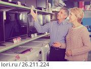 Купить «Mature couple buy in shop of household appliances TV», фото № 26211224, снято 20 января 2020 г. (c) Яков Филимонов / Фотобанк Лори