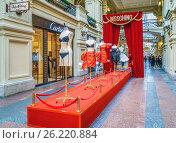 Купить «Выставка модной одежды Moschino. ГУМ. Москва», эксклюзивное фото № 26220884, снято 5 мая 2017 г. (c) Виктор Тараканов / Фотобанк Лори