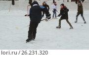 Взрослые и дети играют в хоккей на Чистых Прудах в Москве (2017 год). Редакционное видео, видеограф Nadya S. / Фотобанк Лори