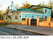 Купить «Москва, улица Гастелло, 5 старинный деревянный дом в Сокольниках», фото № 26245424, снято 23 июля 2018 г. (c) glokaya_kuzdra / Фотобанк Лори