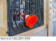 Купить «Забытый дорожный конус в оконной решетке первого этажа», фото № 26261416, снято 2 апреля 2017 г. (c) Сергей Рыбин / Фотобанк Лори