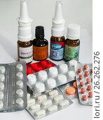 Купить «Упаковки с таблетками и баночки с лекарственными препаратами на светлом фоне», эксклюзивное фото № 26262276, снято 9 мая 2017 г. (c) Игорь Низов / Фотобанк Лори