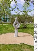 Купить «Омск, скульптура символизирующая семью в сквере напротив администрации города», фото № 26264436, снято 12 мая 2017 г. (c) Круглов Олег / Фотобанк Лори