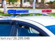 Купить «Проблесковый маяк на крыше полицейского автомобиля», фото № 26295048, снято 13 мая 2017 г. (c) FotograFF / Фотобанк Лори