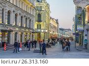 Никольская улица в сумерки (2017 год). Редакционное фото, фотограф Виктор Тараканов / Фотобанк Лори