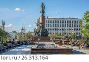 Купить «Москва, бронзовый памятник В. И. Ленину на Калужской площади», эксклюзивное фото № 26313164, снято 14 мая 2017 г. (c) Виктор Тараканов / Фотобанк Лори