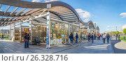 """Купить «Продажа картин в """"Музеоне"""", Москва», эксклюзивное фото № 26328716, снято 14 мая 2017 г. (c) Виктор Тараканов / Фотобанк Лори"""