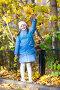 girl holding maple leaves, фото № 26330492, снято 18 октября 2011 г. (c) Ольга Сапегина / Фотобанк Лори