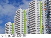 Купить «Новый многоэтажный многоподъездный жилой дом», фото № 26336984, снято 15 мая 2017 г. (c) Александр Замараев / Фотобанк Лори
