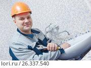 Купить «Plumber service. worker installing mixer tap in bathroom», фото № 26337540, снято 5 февраля 2016 г. (c) Дмитрий Калиновский / Фотобанк Лори