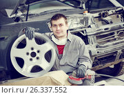 Купить «repair mechanic worker with light alloy car wheel disk rim», фото № 26337552, снято 15 марта 2016 г. (c) Дмитрий Калиновский / Фотобанк Лори