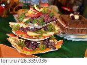 Купить «Три блюда стоят ярусами и наполнены фруктами,порезанными фигурно», фото № 26339036, снято 14 мая 2017 г. (c) Игорь Кутателадзе / Фотобанк Лори