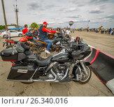Купить «Мотоциклы Harley-Davidson. 9 мая авиашоу на аэродроме Бобровка. Самарская область», фото № 26340016, снято 9 мая 2017 г. (c) Акиньшин Владимир / Фотобанк Лори